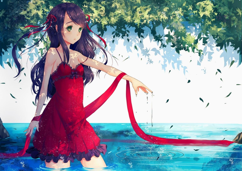 Фото Молодая девушка в красном платье шагает по воде под зелеными деревьями, красная лента на руке, скачать картинку бесплатно