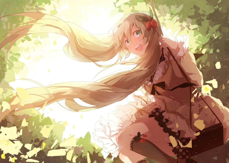 Фото Девушка радуется летним денькам в зеленом парке, ветерок развевает длинные светлые волосы, скачать картинку бесплатно
