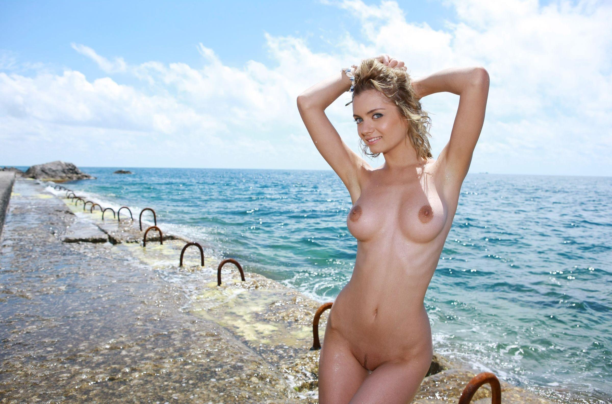 Девахи ню у моря фото