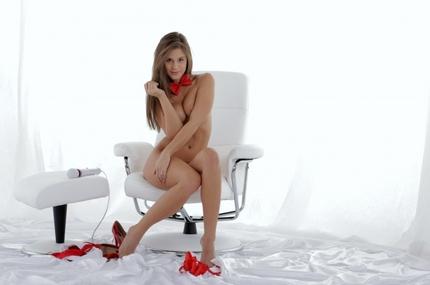 Видео женщин голая баба в черных чулках ноги на красном ковре елена ласкает