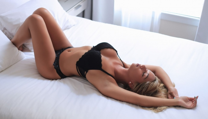 Идеальное тело ебут на кровати ну